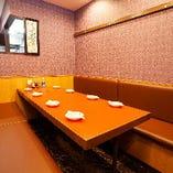 2階奥にも5~8名様までご利用いただける半個室席もあります。 他のお席とは距離がありますので落ち着いてお食事出来ます。