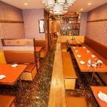 2階には1階より広めのテーブル席をご用意! 1階と同じようにご利用いただけます。