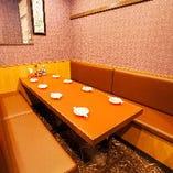 1階奥には5~8名様までご利用いただける半個室席もあります。 他のお席とは距離がありますので落ち着いてお食事出来ます。