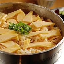 旬の食材をたっぷりと味わえる釜ご飯