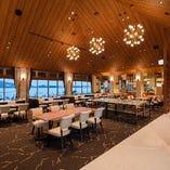 開放感溢れる空間でゆったりとお食事を【テーブル席(4名様×5卓・6名様×1卓)】