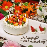 誕生日や記念日にはメッセージ付きホールケーキや花束をご用意♪