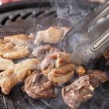 鉄板で焼き上げる朝引きの銘柄鶏の味は格別