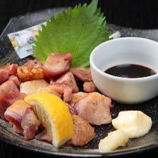 鹿児島県産地鶏使用、直火で炙る地鶏の微笑
