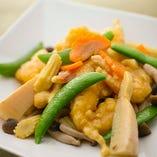 豪快な中華鍋でスピーディーに仕上げた「炒め」