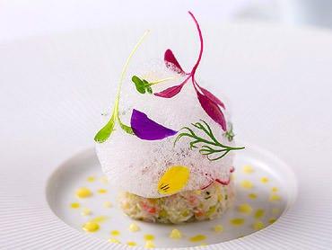 身や甲羅のエキス、海水の泡で表現する「蟹」の一皿