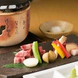 とろけるほど柔らかい黒毛和牛の肉を熱々の陶板の上にのせる。香ばしい薫りと肉汁がジュワっとあふれます。