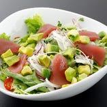 マグロとアボカドのシーザー風サラダ(温玉付)