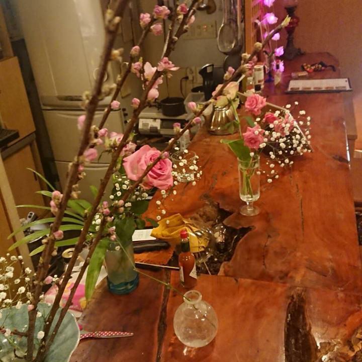 活けた花に囲まれたかわいい店内♪