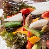 朝獲れ野菜で美味しいサラダからスタート!
