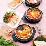 スープのベースは、動物系のスープに厳選された魚介系と野菜をあわせたトリプルスープです。