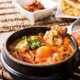 『スンドゥブ』とは、フワフワのお豆腐と一緒に、野菜や肉、魚介など様々な具材を唐辛子ベースの調味料で味付けした韓国の鍋料理です。