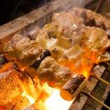 炭火で焼き上げる「焼き鳥」