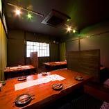 2階には少人数から団体様まで対応可能な個室をご用意。