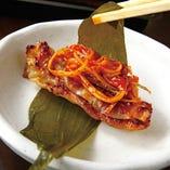 マスタードソースや行者ニンニク、エゴマの葉包みで食べ方3種◎