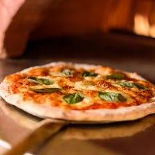 ピザ窯で焼いたアツアツのピッツァ