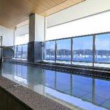 東京湾を一望する露天風呂