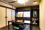 2~4名の個室が4部屋あります。