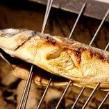 脂の乗った旬魚をじっくり炭火焼き…。日本酒と合わせてどうぞ。