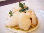 白いトマトムースに包まれた冷製パスタ。